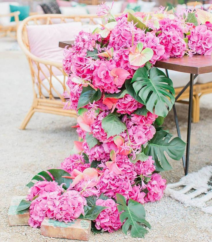 "3,902 Me gusta, 17 comentarios - Wedding Dream (@weddingdream) en Instagram: ""Cascading flower runner in vibrant fuchsia hue? Yes, yes, yes! Lively, modern, and playful at the…"""