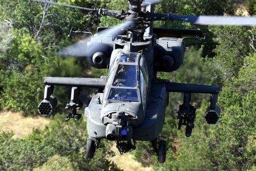 AH-64 Apache helikoptera: AH-64D Apache dugačak luk helikopter iz 1. bojne, 227. zrakoplovstva pukovnije, 1. konjica Division, Texas, je na slici za vrijeme godišnjeg zračnog GUNNERY vježbe iznad Teksasa.