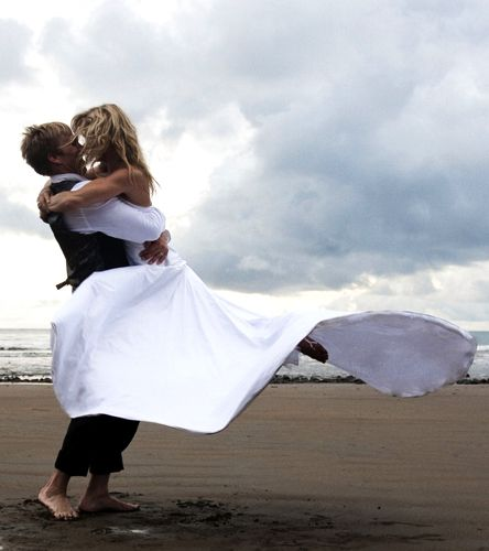 Para seu casamento na Costa Rica com Chris Hotell em 2009, a snowboarder Gretchen Bleiler escolheu um vestido fluido Angelina Bridal Couture.