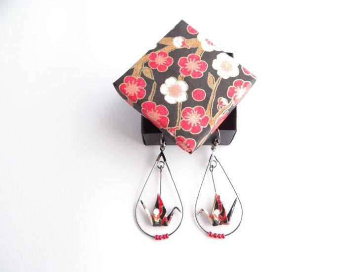 Boucles d'oreille grues origami papier japonais washi rouge/noir et créoles goutte en métal argenté (metalgun) : Boucles d'oreille par phacelie