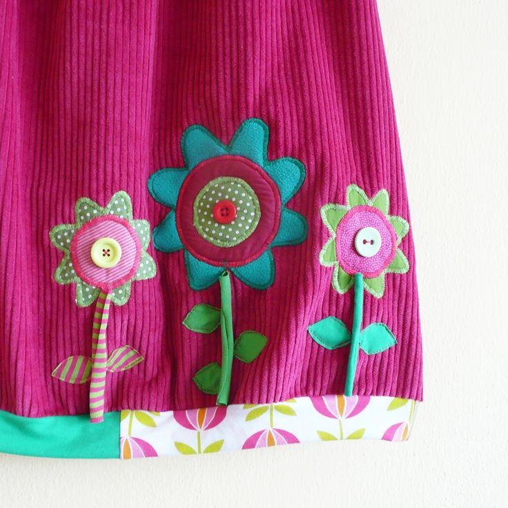 Manšestrovka růžová do balónku Rozkvetlá pohodlná sukeň s maxi kapsami, kterou můžete nosit z obou stran! Sukně je ušitá ze silnějšího manšestru v barvě sytě růžové. Pružný pas ze zeleného úpletu ze směsi bavlny a elastanu, spodní lem stažený do lišty ze zelených, proužkovaných a kvítkovaných úpletů. Na předním i zadním díle veliká kapsa podšitá ...
