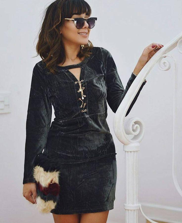 *Coleção Outono/Inverno 2017* Vestido de Courino com Laço. Disponível em Preto, Vermelho, Dourado, Azul Marinho, Cinza e Verde Musgo. Tamanhos do P ao G, $149. 👗Loja virtual de Moda Feminina👗  📱Vendas pelo whats (11)99292-1390📱  📦Entregamos em todo Brasil📦  💳Parcelamos em até 12x💳    #vestidos #slipdress #vestidoveludo #vestido #vestidoalcinha #ootd #ootn #look #lookdodia #moda #modafeminina #lookbalada #outfit #inverno #outonoinverno #inverno2017 #tgif #friday #fridaynight #veludo…