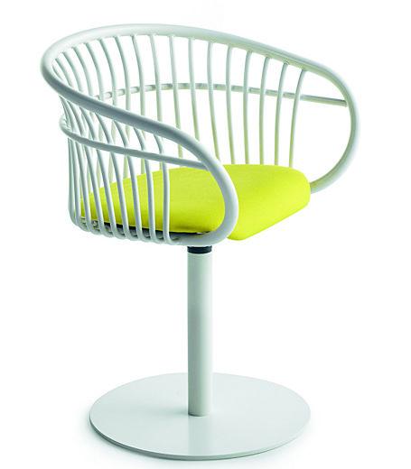 Sedia Stem in tubo di alluminio, con seduta in poliuretano (Crassevig, cm 61x50x75h, 900 euro).