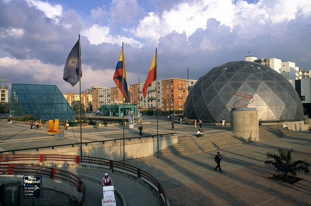 Maloka, Bogotá ---Germán-Montes.., via Flickr. Maloka es un parque temático sobre ciencia y tecnología ubicado en el barrio Ciudad Salitre en la localidad de Fontibón de Bogotá, Colombia. El sitio abrió sus puertas el 6 de agosto de 1998.