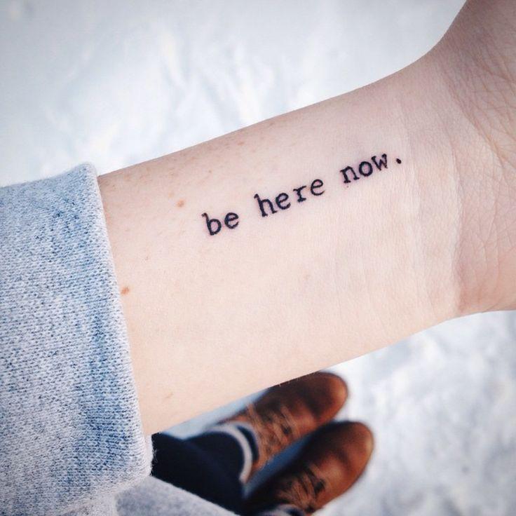 """Pequeño tatuaje que dice""""Be here now"""", frase en inglés que significa""""ahora estate aquí"""" en la muñeca deAshley."""