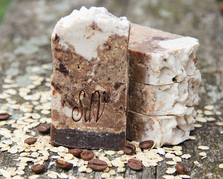 Kávový+peeling-+přírodní+mýdlo+Trošku+svůdné+a+docela+návykové+Výtečně+pěnící+mýdlový+peelinng+pro+každý+typ+pokožky.+Jemné+abrazivní+částečky+ovesných+vloček,+mleté+kávy+a+mleté+skořicepokožku+prokrví+(je+známo,+že+káva+I+skořice+jsou+velmi+účinné+v+boji+proti+celulitidě).+Mandlový+olej+a+bentonit+ji+zklidní,+a+použitá+vůnězanechá+na...