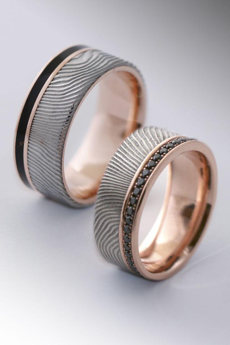 Damasteel ring with rose gold inside black diamonds and black colorit.    Az damaszk acél megmunkálása nehéz, nehezebb és jóval munkaigényesebb mint egy  átlagos arany karikagyűrű elkészítése. A damaszk acél önmagában is egy nagyon érdekes anyag, de formai játékkal kövekkel vagy egyéb színes arany berakásával még  különlegesebbé tehető.  A képen lévő gyűrű egyik nagy kedvencem. Alapja és oldala rozé arany, szélesebbik felülete damaszk acél. A nőiben fekete gyémántok a férfiben fekete colorit