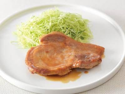 脇 雅世さんの豚ロース肉を使った「やわらかポークソテー」のレシピページです。表面はカリッと、中は柔らかく仕上げます。豚肉の魅力が100%味わえる焼き方でいただきましょう。 材料: 豚ロース肉、下味、A、キャベツ、青じそ、小麦粉、サラダ油
