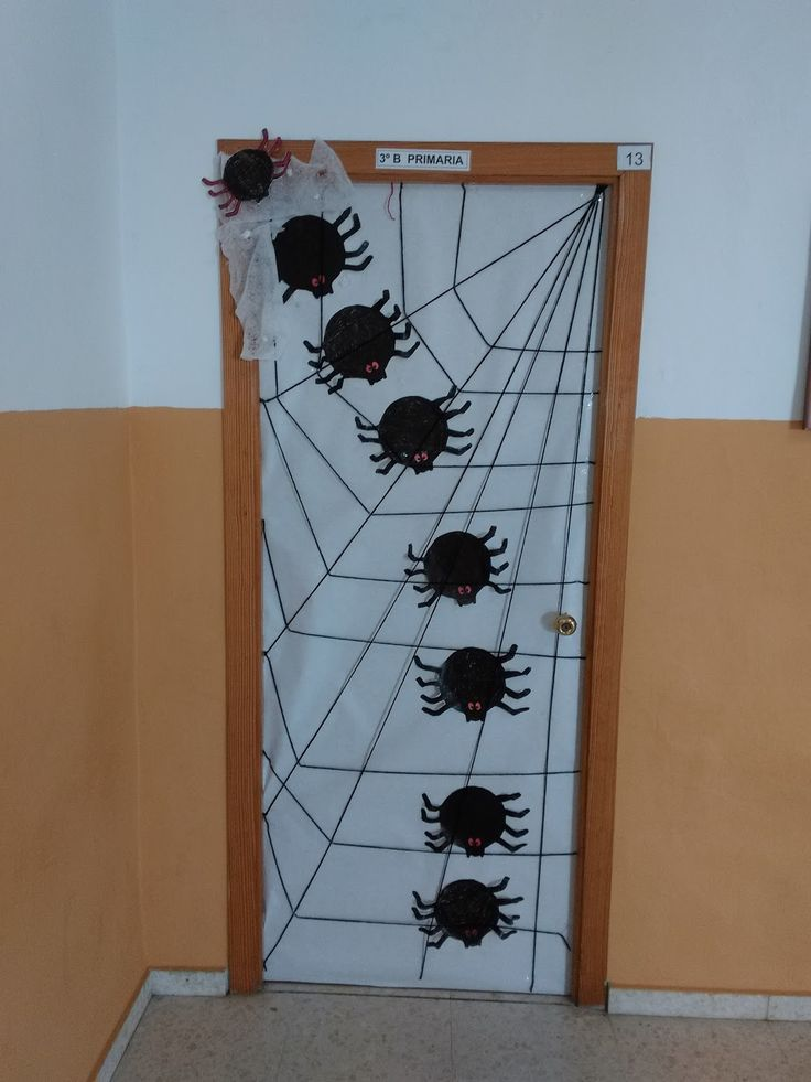 Decoracion de halloween para puertas blancas for Como hacer decoraciones de halloween