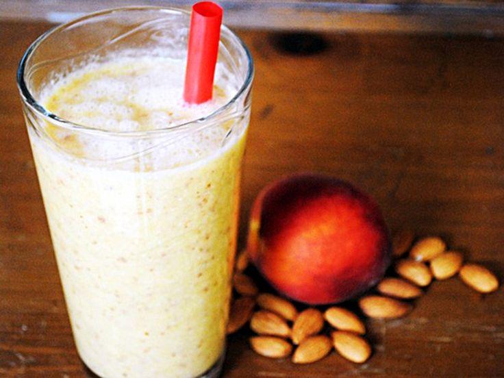 Vitamina com pêssego e amêndoas.