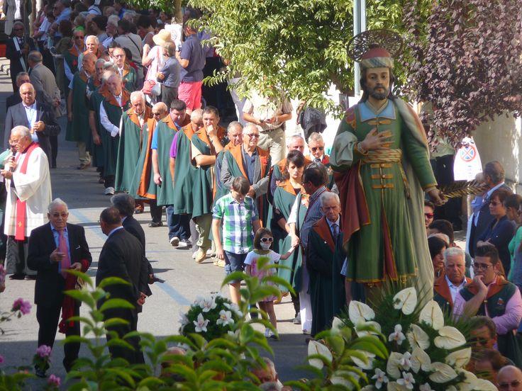 """La processione dei """"forestieri"""" del 27 settembre. In primo piano san Damiano"""