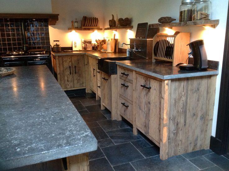 Robuuste keuken gemaakt van Barnwood met blad van Belgisch hardsteen en een werkeiland met barstoelen. Kijk voor meer informatie op www.renehoutman.nl
