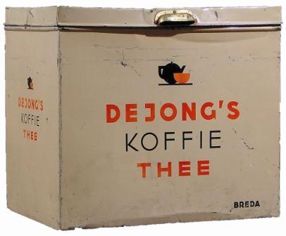 """Mijn familie geschiedenis staat in het museum... (:  ca. 1930 Het bedrijf van Thijs de Jong, een telg uit de bekende Friese familie Douwe Egberts, handelde vanaf begin 1900 in koffie, thee en tabak. Achter de prachtig ingerichte winkel in de Eindstraat was een eigen koffiebranderij. Onder de merknaam """"De Drie Pijpen"""" fabriceerde en verkocht het bedrijf ook tabak."""