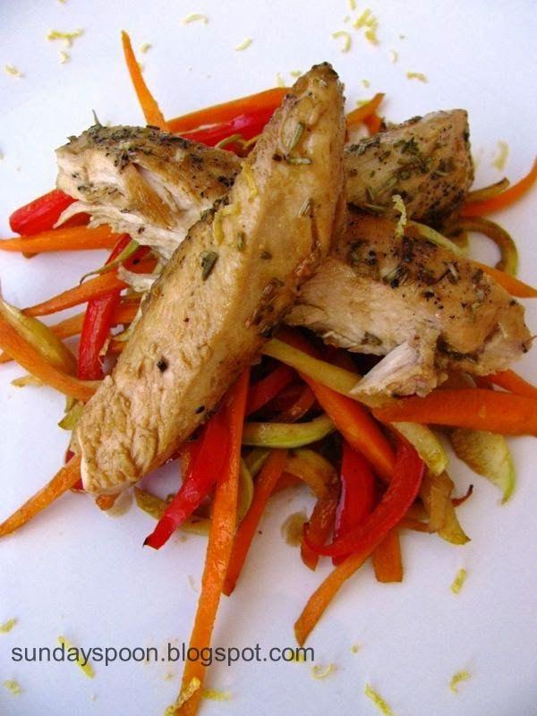 Φιλέτο κοτόπουλο με λεμόνι και δεντρολίβανο & μπαστουνάκια (sticks) λαχανικών • sundayspoon
