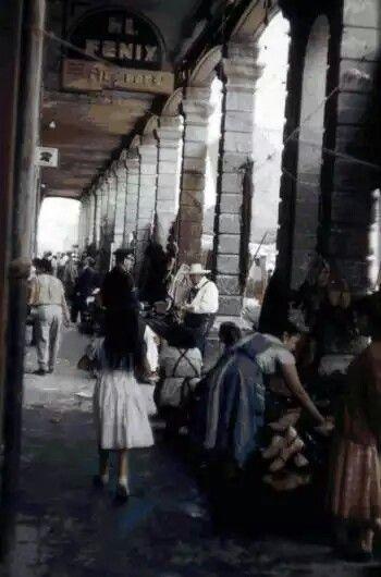Interior del Portal de la Magdalena, ubicado en el centro de Tacubaya. Esta construcción del siglo XIX se encontraba en la esquina de la calle de Juárez y el Río Tacubaya, hoy Avenida Jalisco y Rufina, y fue demolida a mediados de la década de los cincuenta. La fotografía es de 1952