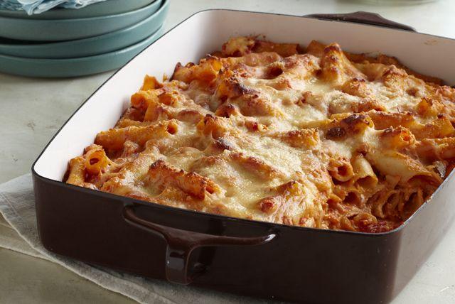C'est le fromage à la crème qui donne de l'onctuosité à ces pâtes garnies de tomates. La double dose de fromage couronne en beauté ce plat au four.