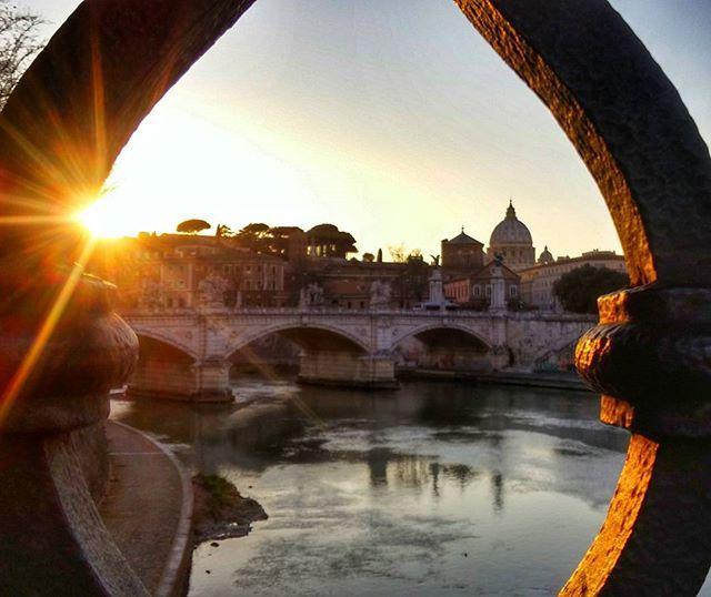 Vorrei dirti che non mi mancherai, vorrei dirti che ti odio. Ma la verità è che quando dovrò partire il tuo caos, la tua bellezza, la tua storia e i tuoi colori mi mancheranno. Mi resteranno soltanto i dolci ricordi e le foto per ricordarmi i bei momenti trascorsi insieme.  Nel caso tu non lo sapessi, Roma ti amo. ❤  #tevere #beniculturali30 #noidiroma #rome #top_sunset_photo #sunsetporn #italy #igersitalia #igerslazio #italy_vacations #igersroma #travelgram #travel #traveladdict #volgolazio…