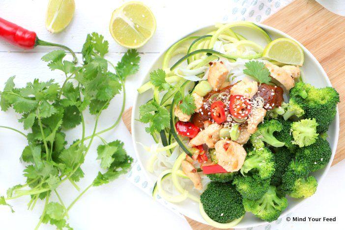 Thaise kip saté met noedels en broccoli - Mind Your Feed