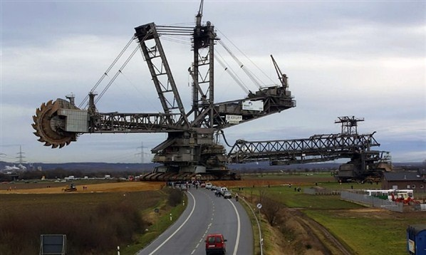 In 1978, when the 13,500 ton Bagger 288 bucket-wheel excavator was built, it superseded the NASA Crawler as the largest land vehicle in the world.