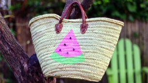 Διακόσμηση με ακρυλικά χρώματα σε ψάθινη τσάντα