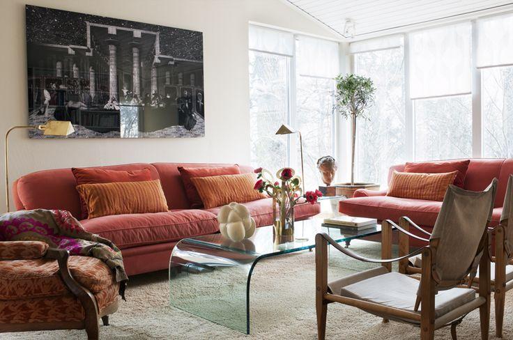 I vardagsrummet två roströda howardsoffor, en karmstol i tyg från Pierre Frey och två safaristolar av Kaare Klint. Italienskt soffbord i plexiglas.