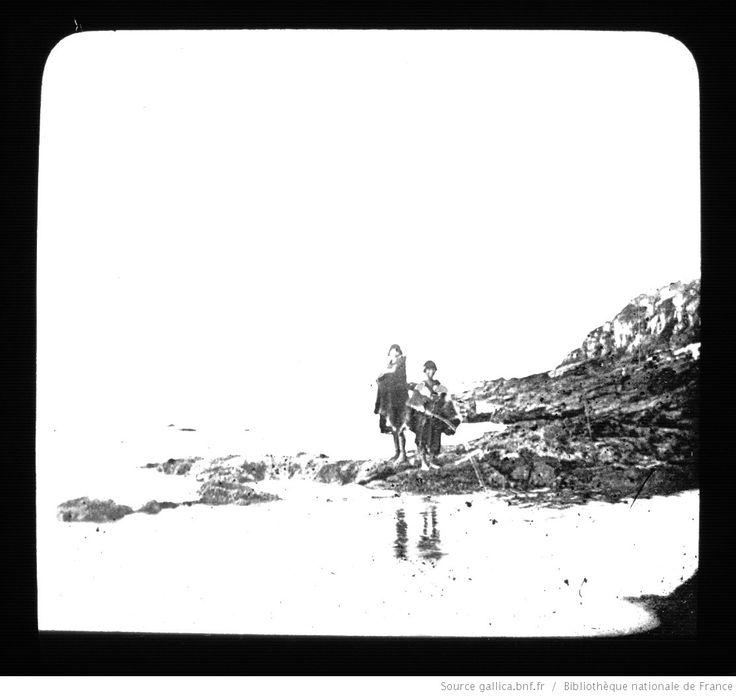 Terre de Feu-Patagonie. 21, Indiennes sur les rochers. Détroit de Lemaire (Terre de Feu argentine) / [mission] Rousson et Willems ; [photogr.] Rousson ; [photogr. reprod. par] Molténi [pour la conférence donnée par] Willems