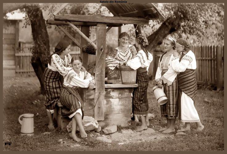 Fotografie: Grup de fete în costum popular din zona Neamţului, la fântână. Cca. 1933 Group of girls in folk costume from Neamt area, at the fountain. Approx. 1933 Fotograf: Adoplh A. Chevalier