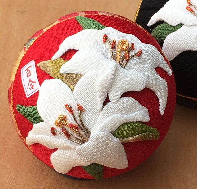 新作「百合の押絵手まり」が出来ました。 純白の百合を押絵であしらった手まりです ●ホームページ http://komono.jp.net ●キットご購入はこちらから http://bit.ly/1wdyVwA