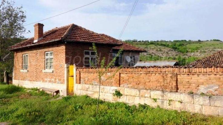 Koophuis (100m2) met 2 slaapkamers in Ostritsa  Te koop: 2ehuis met 2 slaapkamers aan de rand van het dorp Ostritsa. Ostritsa is een dorp in de Ruse provincie die centraal in het noorden van Bulgarije is gelegen. Het landschap is er overwegend heuvelachtig te noemen met veel landbouw, bossen en natuur. Men noemt deze streek ook wel eens de...