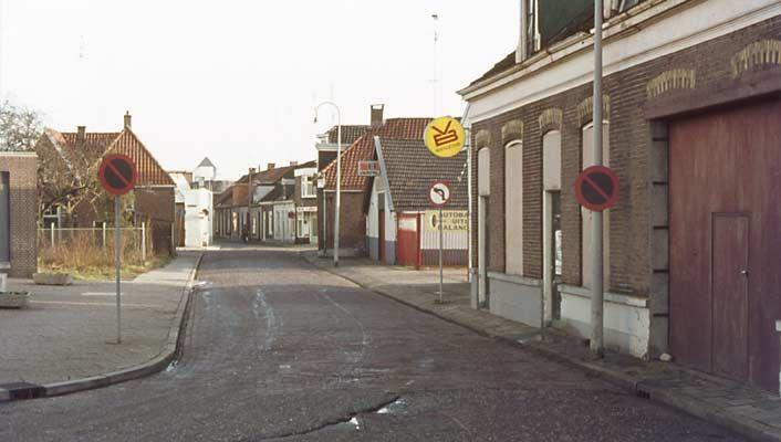 1974. Poulinkstraat, gezien in de richting van de binnenstad. Bij het witte pand de kruising met de Westerstraat.