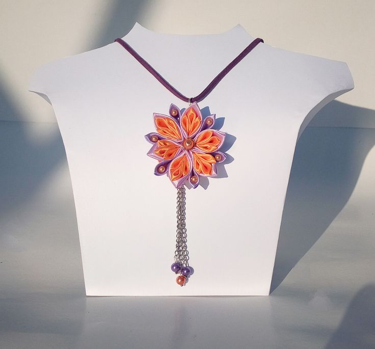 Colier pandativ realizat manual din panglica de satin , accesorizat cu perle de sticla, lantisor argintiu.
