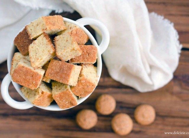 Un dolce semplice e veloce da realizzare, per preparare un dolce che piace sempre a tutti: un dolce con gli amaretti. Servito a cubetti è sfizioso e perfetto per ogni occasione.