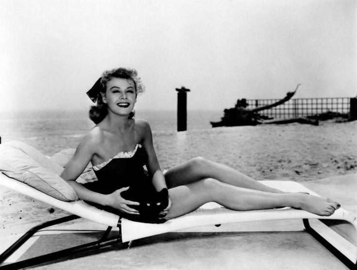 Вера-Эллен — американская актриса и танцовщица, снимавшаяся в музыкальных фильмах с Фредом Астером, Джином Келли и Дональдом О'Коннором. На снимке: она на пляже мвесте с котом, 1944 г.