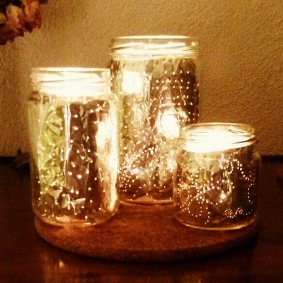 Gezellige kerstlichtjes! Gaatjes prikken in aluminium folie en hup in de lege pot mayonaise/boontjes/etc. Waxinelichtjes erin en klaar! Pas op de pot wordt heel warm. (Evt. zand onderin doen.)