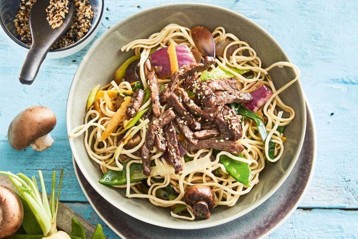 Met dit recept kan iedereen Japans koken. Binnen 15 minuten staat de noedelroerbak met yakatori runderreepjes op tafel - recept - Allerhande