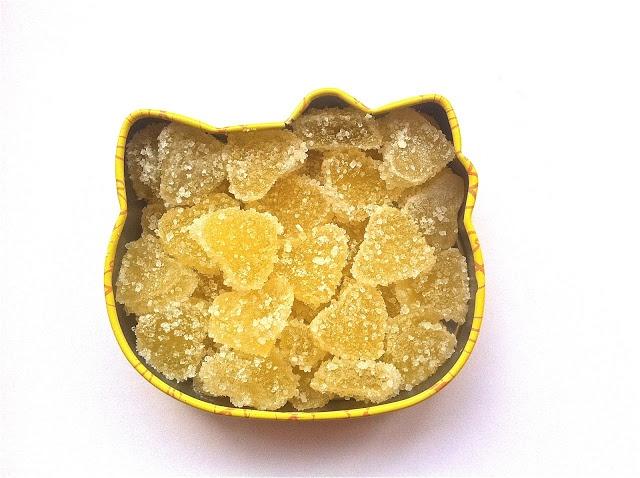 Apple and apple: Сладости без химии - мармелад своими руками - 100 мл любого свежевыжатого фруктового или ягодного сока (у нас яблочный) - 100 мл воды - 20 гр желатина - 5-6 столовых ложек лимонного сока - 1 столовую ложку тертой цедры лимона - 1 столовую ложку тертой цедры апельсина