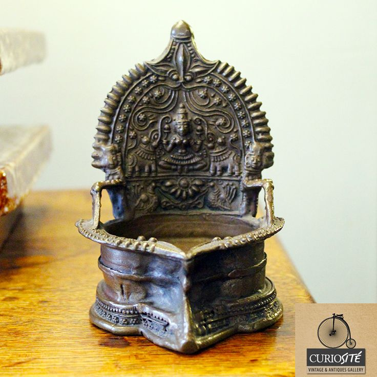 CENICERO ORIENTAL Hecho de bronce macizo finamente tallado.