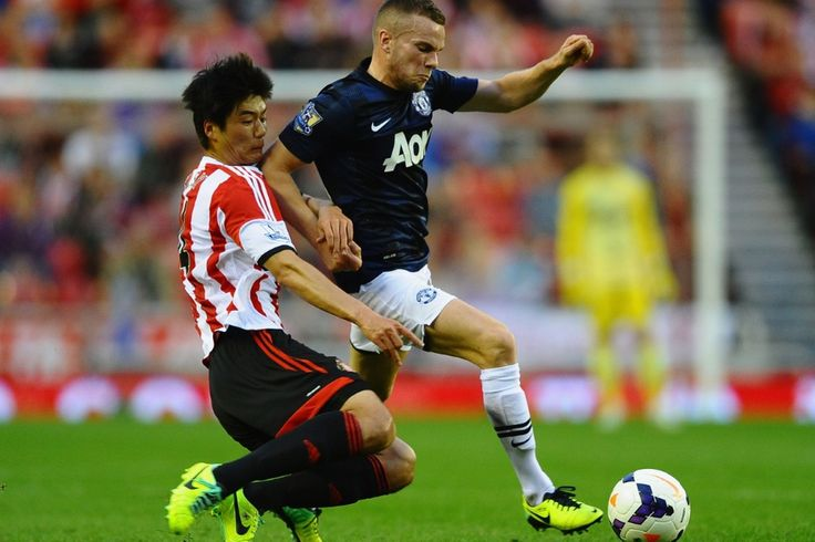 Ki Sung Yueng of Sunderland battles with Tom Cleverley