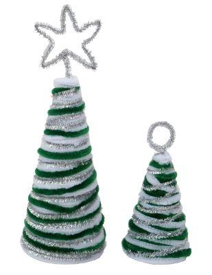 Deko Weihnachtsbaum basteln: Umwickelt den Kegel mit dem Chenilledraht von unten nach oben. Fixiert den Draht mit Heißkleber. Verfahrt mit den anderen Farben des Pfeifenputzers genauso. Danach formt Ihr, wie in unserem Beispiel, einen Stern oder Kreis aus Pfeifenputzer und steckt diesen oben in den Styroporkegel.