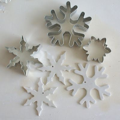 Kersthangers van klei.  Gisteren al sterren gemaakt, maar deze zijn ook gaaf. Nu alleen nog zoeken naar mooie vormen.