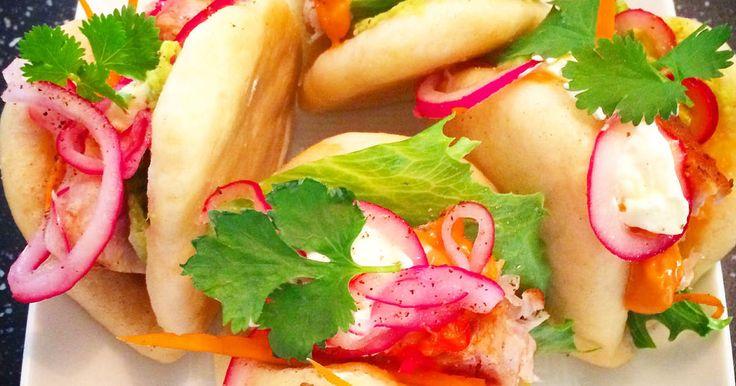 Magiskt goda ångade buns som fylls med halstrad tonfisk, avokado, picklad lök, chilimajonnäs och ingefärsdressing.