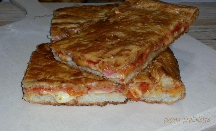 La parigina è la ricetta di una pizza rustica napoletana. Allora, direte voi, perchè si chiama parigina? Non lo so :D . Quello che so è che si tratta di una buonissima pizza, condita con prosciutto, provola e pomodoro e coperta con uno strato di pasta sfoglia.
