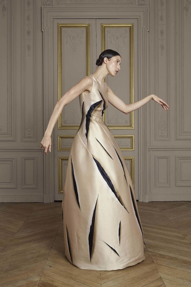 Giles Deacon Fall 2016 Couture Collection Photos - Vogue