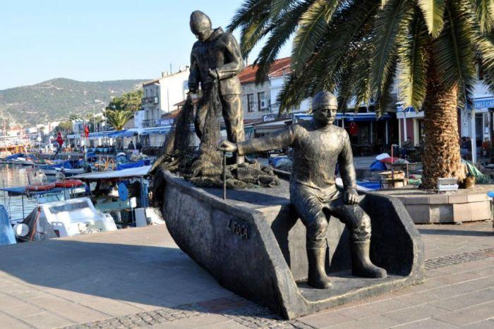 9. Balıkçı tekneleri:Bu yoğun deniz nüfusunun olduğu yerde küçük balıkçıların olmaması mümkün değil. Bu balıkçıların tekneleri limanın ve denizin en güzel süsü bizce...