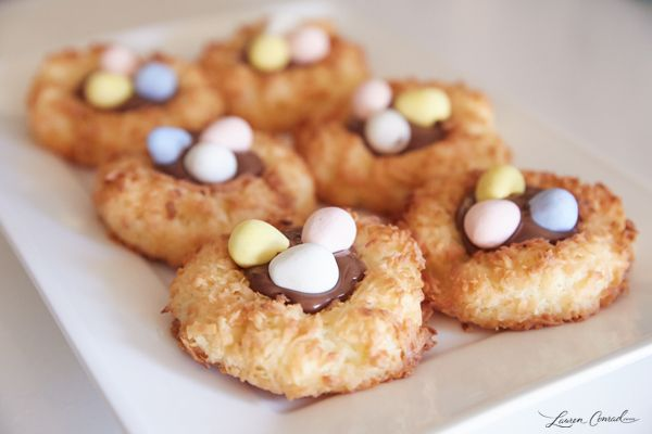 These Easter Egg Macaroon Nests would be a cute treat at bird theme shower too!  #eggs #birds