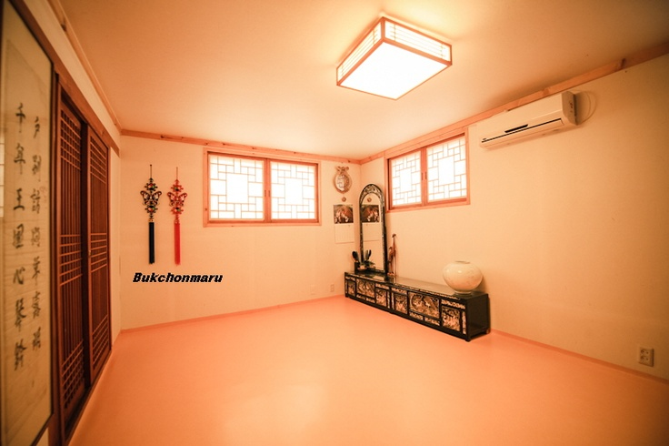 Korea Style Ondol Family Room with Private Bathroom. 4 people could stay on average. Most would be 6. Beautiful scenery, convenient transportation, delicious Korean breakfast.