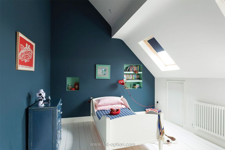 Minimalisme in de slaapkamer - white at exterior walls/roof and floor - deep color on interior walls