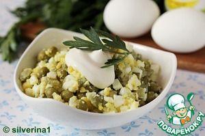 Рецепт: Яичный салат с огурцами и горошком