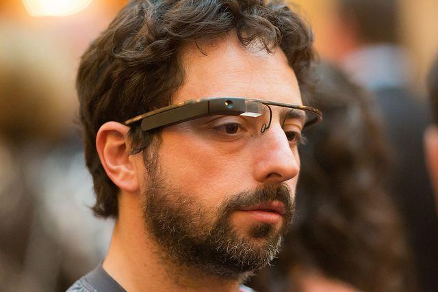Sergey Brin usando o protótipo do óculos do Google.