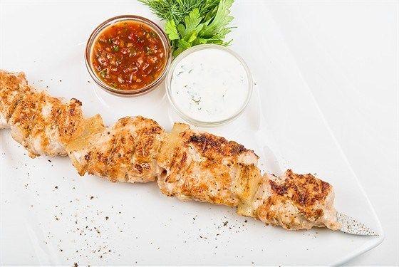 Шашлыки из маринованной курицы и лука с соусом барбекю